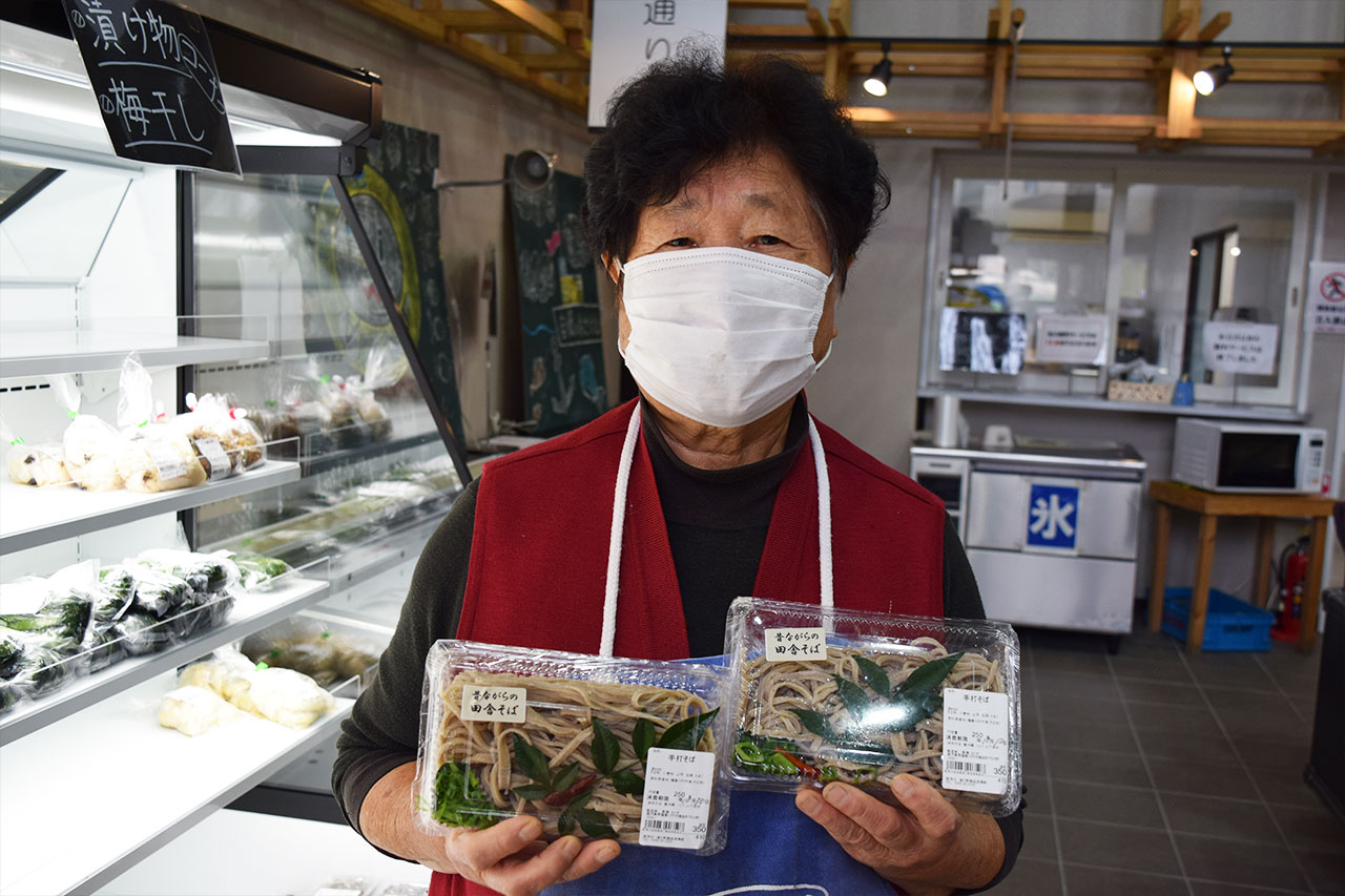 【出品者さんピックアップ】「おそばを販売してほしい。その言葉に応えて毎朝4時から手打ちそばを作っています」 故郷の味の黒瀬タミ子さん。