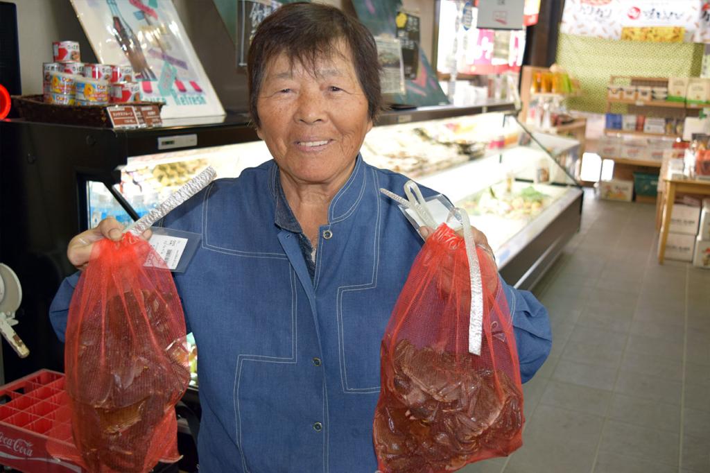 【出品者さんピックアップ】「袋のままゆでた後、お味噌で味付けして食べてください」 海通りの砂田フサ子さん。