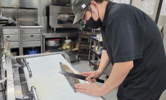 【スタッフ紹介】「お客様はもちろんですが、生産者さんも私たちもスタッフも幸せな気分になれる料理をお出ししています」吉満店長